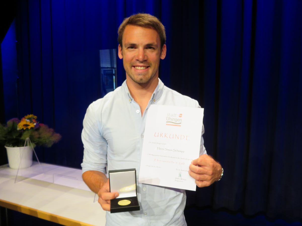 Simon Schempp mit Ehrenurkunde und Medaille