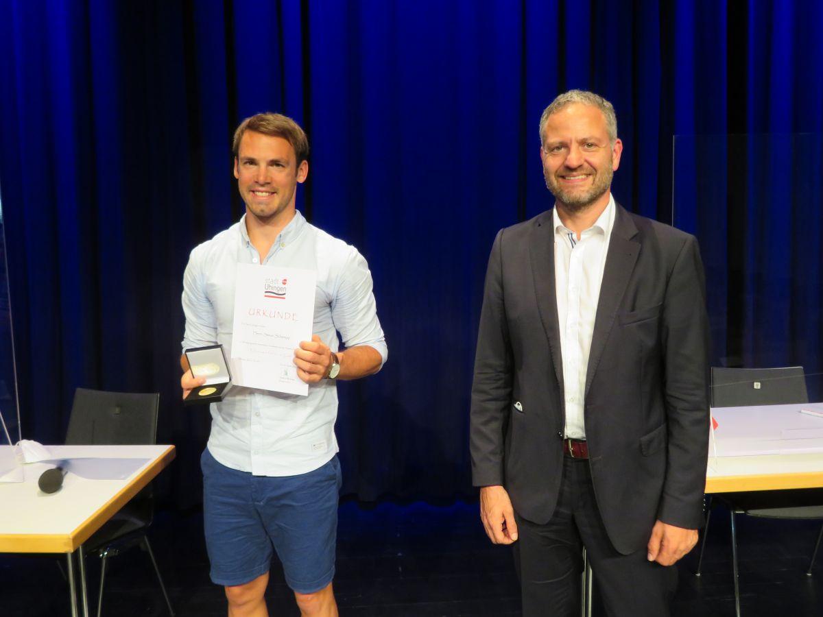 Bürgermeister Matthias Wittlinger überreicht Ehrenurkunde